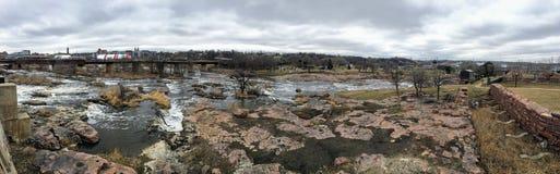 De stora Sioux River flödena över vaggar i Sioux Falls South Dakota med sikter av djurliv, fördärvar, parkerar banor, drevspårbro arkivfoton