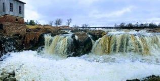 De stora Sioux River flödena över vaggar i Sioux Falls South Dakota med sikter av djurliv, fördärvar, parkerar banor, drevspårbro royaltyfria bilder