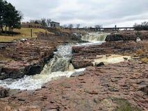 De stora Sioux River flödena över vaggar i Sioux Falls South Dakota med sikter av djurliv, fördärvar, parkerar banor, drevspårbro royaltyfri bild