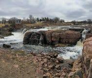 De stora Sioux River flödena över vaggar i Sioux Falls South Dakota med sikter av djurliv, fördärvar, parkerar banor, drevspårbro arkivfoto
