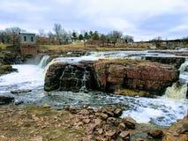De stora Sioux River flödena över vaggar i Sioux Falls South Dakota med sikter av djurliv, fördärvar, parkerar banor, drevspårbro fotografering för bildbyråer