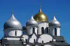 De storartade kupolerna av den gamla Sten Sophia Cathedral i Novgorod fotografering för bildbyråer