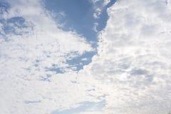 De stormachtige lente en de schoonheid van hemel witte wolken Royalty-vrije Stock Foto's