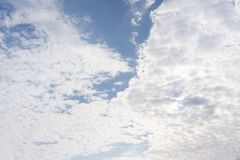 De stormachtige lente en de schoonheid van hemel witte wolken Royalty-vrije Stock Fotografie
