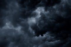 De stormachtige regen betrekt donkere hemel Royalty-vrije Stock Foto's