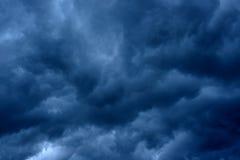 De stormachtige regen betrekt donkere hemel Stock Afbeelding