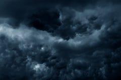 De stormachtige regen betrekt donkere hemel Stock Fotografie