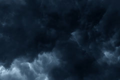 De stormachtige regen betrekt donkere hemel Stock Afbeeldingen