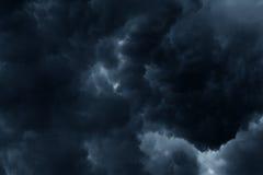 De stormachtige regen betrekt donkere hemel Royalty-vrije Stock Afbeeldingen