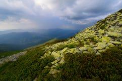De stormachtige rotsen van het bergenmos Stock Afbeeldingen