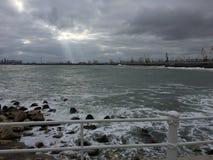 De stormachtige Zwarte Zee in de winter stock foto