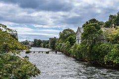 De stormlopen van de Corribrivier door Galway, Ierland Stock Fotografie