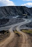 De stortplaats en de machine van de steenkool stock foto's