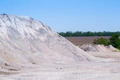 De stortplaatsen van de grintsteen in een mijnbouw van de steengroeve open kuil Verwerkingsinstallatie stock foto