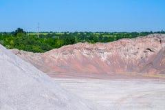 De stortplaatsen van de grintsteen in een mijnbouw van de steengroeve open kuil Verwerkingsinstallatie stock fotografie