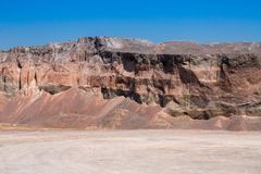 De stortplaatsen van de grintsteen in een mijnbouw van de steengroeve open kuil Verwerkingsinstallatie stock foto's