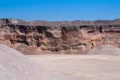 De stortplaatsen van de grintsteen in een mijnbouw van de steengroeve open kuil Verwerkingsinstallatie royalty-vrije stock afbeelding