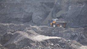 De stortplaatsvrachtwagen draagt steenkool kolenmijn stock video
