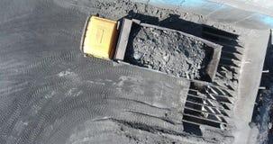 De stortplaatsvrachtwagen maakt de steenkool in steenkoolabsorptie leeg De kipwagen maakt, de steengroeve, het antraciet van uits stock video