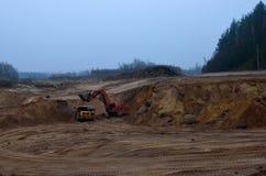 De stortplaatsvrachtwagen of de Mijnbouwvrachtwagen ontginnen machines, of mijnbouwmateriaal om steenkool van dagbouw te vervoere royalty-vrije stock afbeeldingen