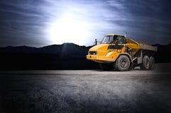 De stortplaatsvrachtwagen van het grint stock fotografie