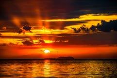 De strålar som kryper till och med molnen arkivbilder