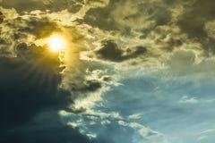 De straal van de aardzon in donkere wolken en hemel vóór onweersbui Royalty-vrije Stock Fotografie