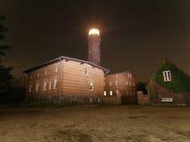 De straal van het vuurtorenzoeklicht door donkere nacht Vuurtoren in Darsser Ort dichtbij Prerow, Royalty-vrije Stock Foto's