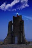 De straal van het vuurtorenzoeklicht door mariene lucht bij nacht royalty-vrije stock afbeeldingen