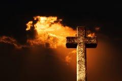 De straal van zon glanst door de duisternis Royalty-vrije Stock Afbeeldingen