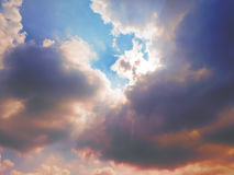 De straal van zonlichtpas door onder betrekt zacht Royalty-vrije Stock Foto