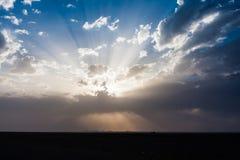 De straal van zonstralen door de onweerswolken over de woestijn in Saudi-Arabië royalty-vrije stock foto's