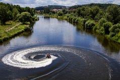 De straalskidraaien met veel bespat op de rivier Stock Fotografie