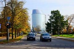 De straat, de auto's en de wolkenkrabbersmening van de Vilniusstad Stock Afbeelding