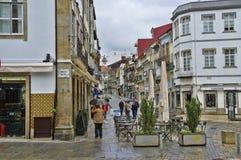 De straat die tot het belangrijkste vierkant van Aveiro, Portugal leiden Stock Afbeelding