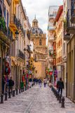 De straat en de kerk van Granada stock foto's