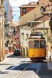 De straat gele tram van Lissabon Stock Foto's
