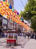 De straat Istiklal van Istanboel in de zomer Turkije Stock Foto's