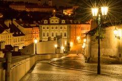 De straat in Praag, in het licht van lantaarns royalty-vrije stock afbeeldingen