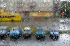 De straat in regenachtig weer door glas stock fotografie