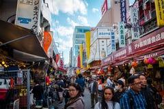 De straat van de Ameyokomarkt dichtbij UENO-post, Japan royalty-vrije stock foto