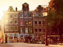 De straat van Amsterdam bij zonsondergang Royalty-vrije Stock Foto