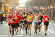 De straat van Barcelona overvol van atleten het lopen Stock Afbeelding