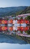 De straat van Bergen bij nacht met boten in Noorwegen, Unesco-de Plaats van de Werelderfenis stock foto's