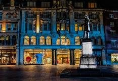 De straat van Cardiff bij nacht royalty-vrije stock foto