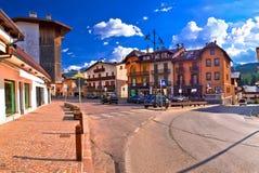 De straat van Cortinad ` Ampezzo en de piekenpanorama van Alpen stock foto's