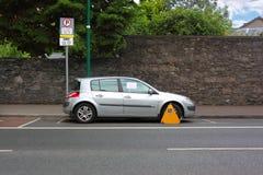 De straat van de auto die met de klem van het metaalwiel wordt vastgeklemd royalty-vrije stock foto