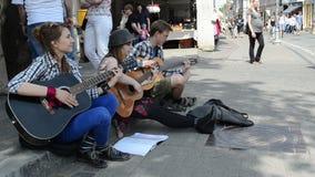 De straat van de mensenmuziek stock video