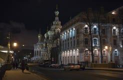 De straat van de nacht bij de winter St. Petersburg Stock Afbeeldingen