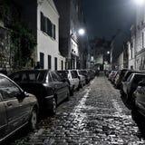 De straat van de nacht op Montmartre in donkere toon. Stock Afbeelding